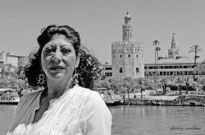 La bailaora Manuela Carrasco. Restaurante Riogrande, Sevilla. Al fondo, la Torre del Oro y la Giralda. Mayo 2019.  Foto: perezventana
