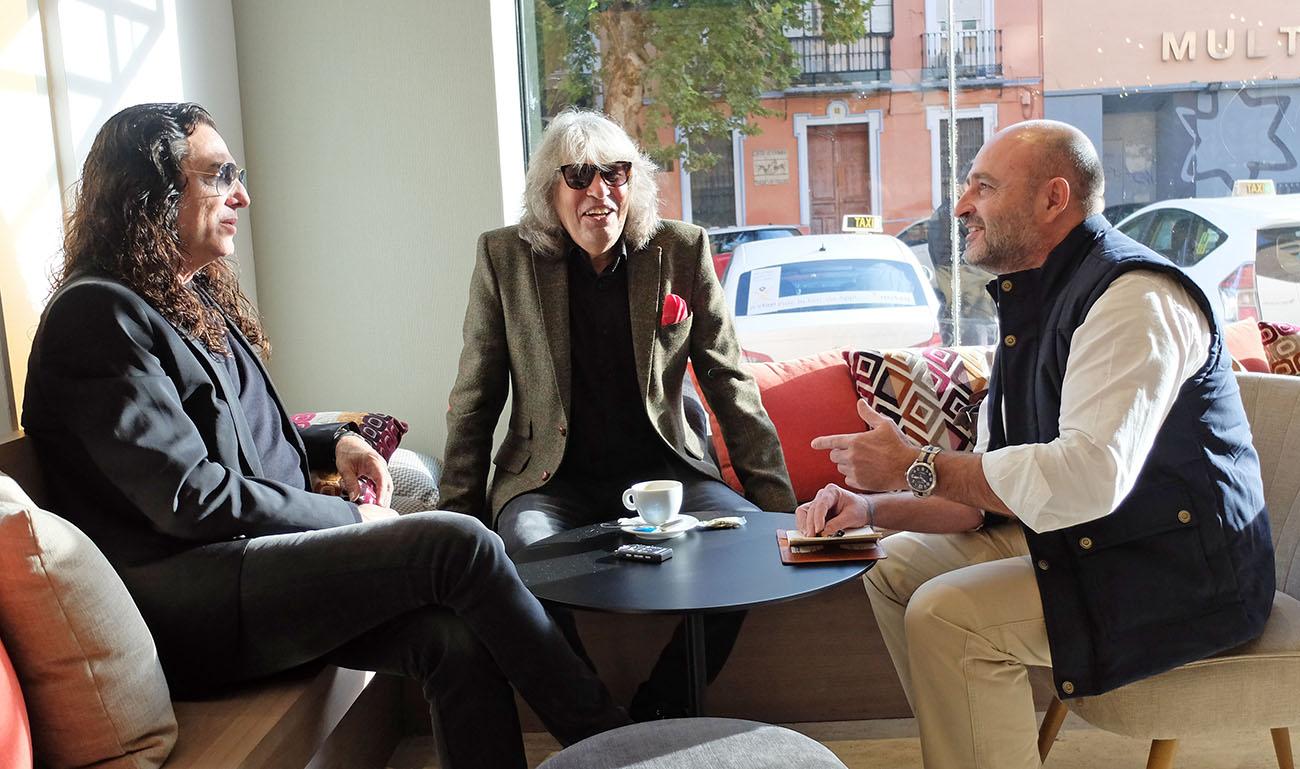 Tomatito y José Mercé, durante la entrevista con Quico Pérez-Ventana en el hotel Plaza de Armas, Sevilla.
