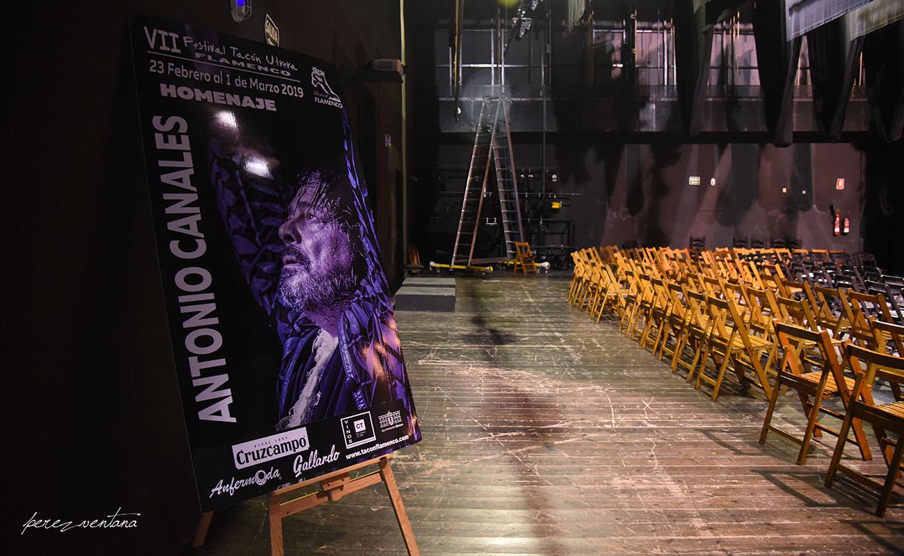 Backstage del Teatro Enrique de la Cuadra, Utrera. Una hora antes de la mesa redonda de tributo a Antonio Canales. Tacón Flamenco de Utrera, 26 feb 2019. Foto: Quico Pérez-Ventana