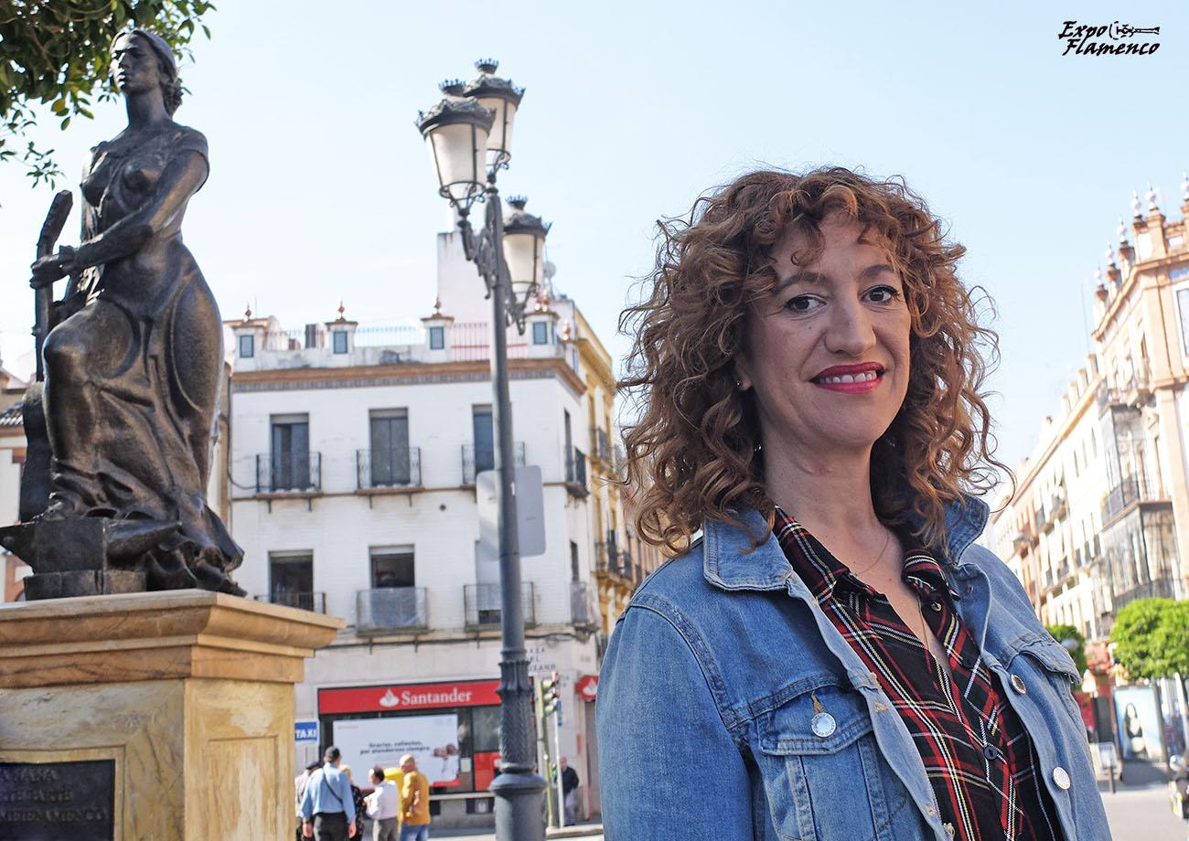 María Ángeles Carrasco, junto al monumento al Arte Flamenco de la Plaza del Altozano, Triana (Sevilla). Foto: Quico Pérez-Ventana