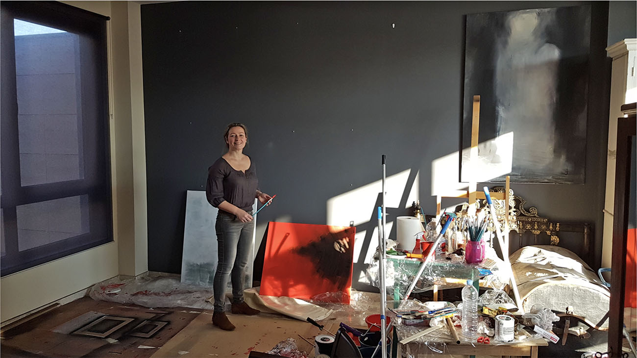 La pintora sevillana Mercedes de Mata, en su taller. Foto: Museo del Baile Flamenco