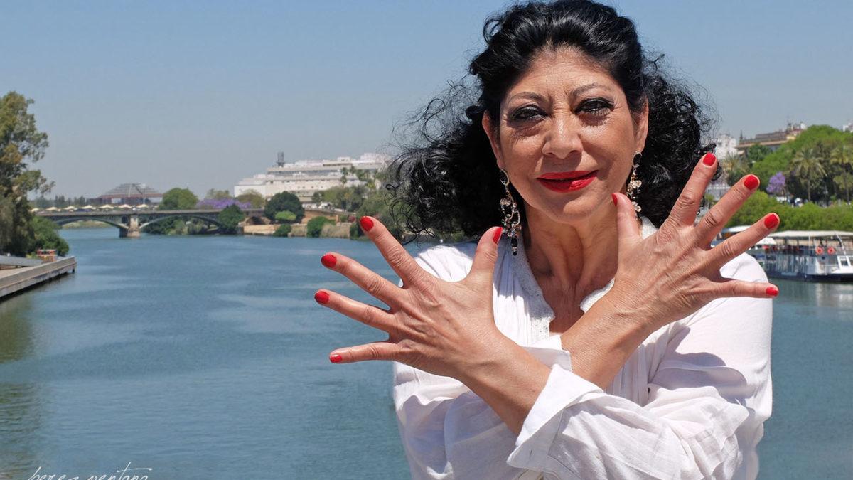 La bailaora Manuela Carrasco, frente al Puente de Triana. Foto: Quico Pérez-Ventana