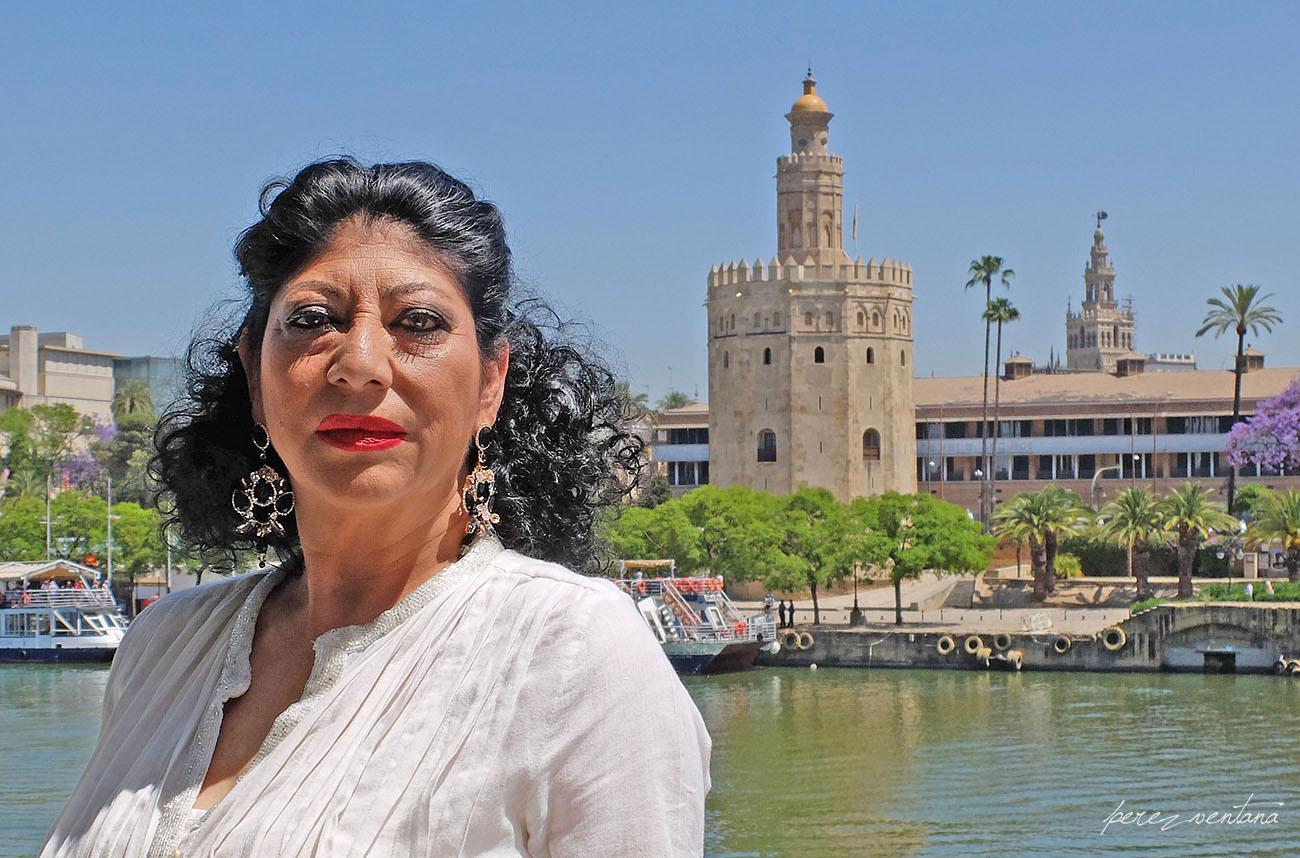 Manuela Carrasco, with the Torre del Oro and the Giralda in the background. Restaurante Riogrande (Triana, Sevilla). Foto: Quico Pérez-Ventana