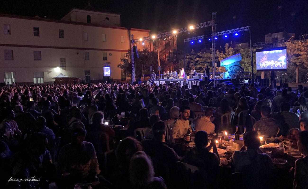 Ambiente de gala en el Patio del Colegio Salesiano de Utrera. LXIII Potaje Gitano de Utrera. 29 junio 2019. Foto: Quico Pérez-Ventana