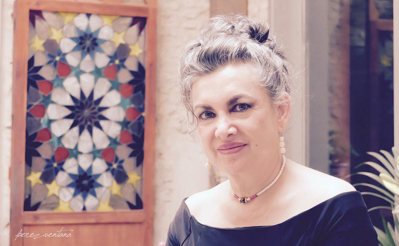Rosana de Aza, en la sevillana Casa de la Memoria. Colores y ecos andalusíes. Foto: perezventana