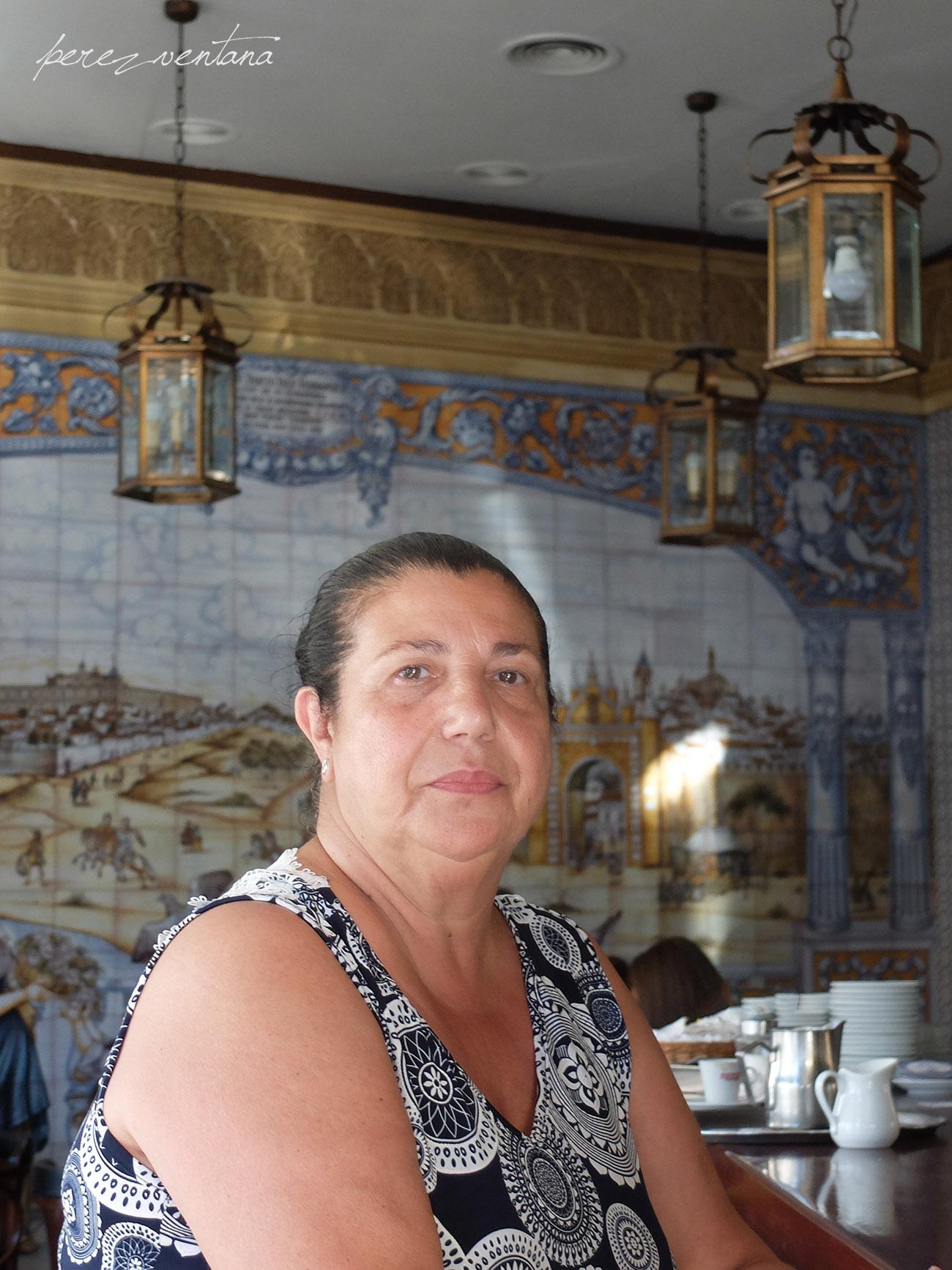 Carmen Ledesma, en el Bar Plata del barrio sevillano de la Macarena. En ese mismo mostrador sirvió cafés Pepe Pinto. Foto: Quico Pérez-Ventana
