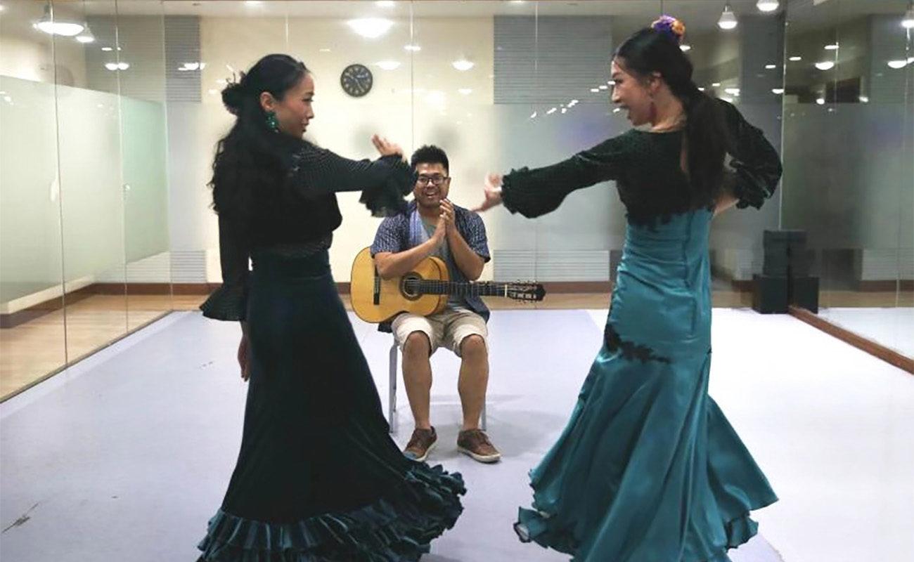 Tao Jiarong (izquierda) y Shi Yiqi bailan juntas en el estudio. (Xinhua/Ren Long)