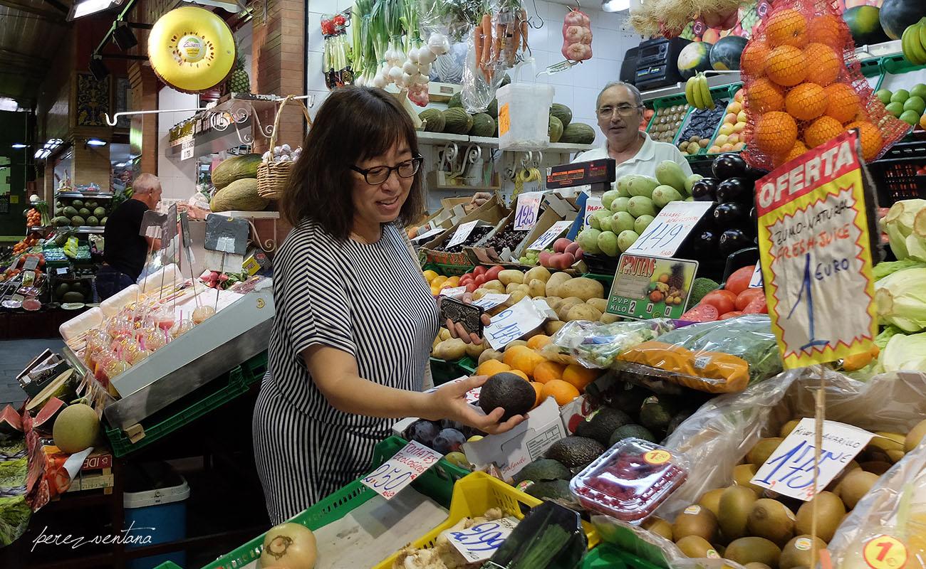 Kyoko Shikaze, comprando aguacates en el Mercado de Triana (Sevilla). Foto: perezventana