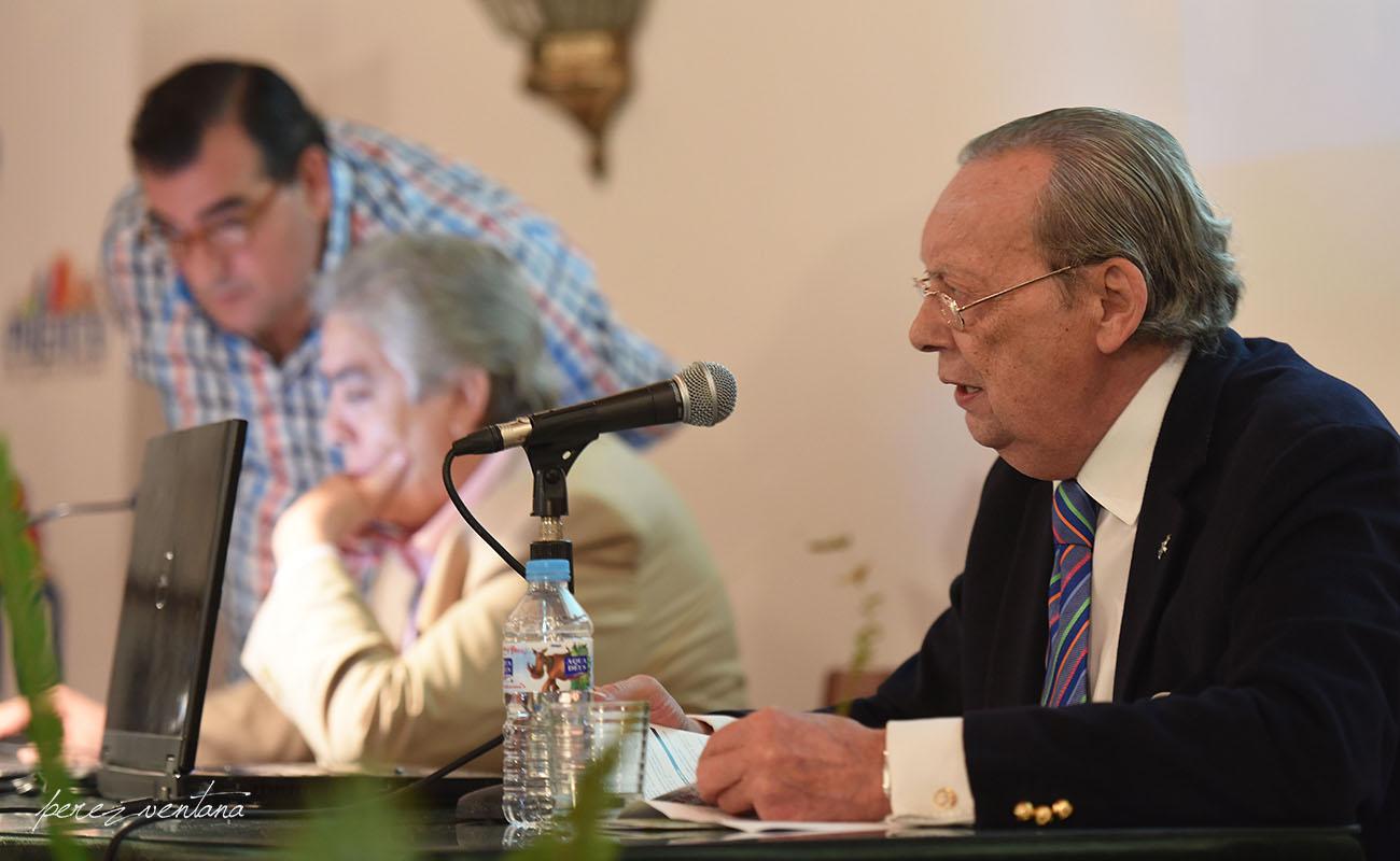 El abogado e investigador flamenco Luis Suárez Ávila, durante una conferencia sobre los cantes de Cádiz y los Puertos. Octubre 2016. El Puerto de Santa María. Foto: perezventana