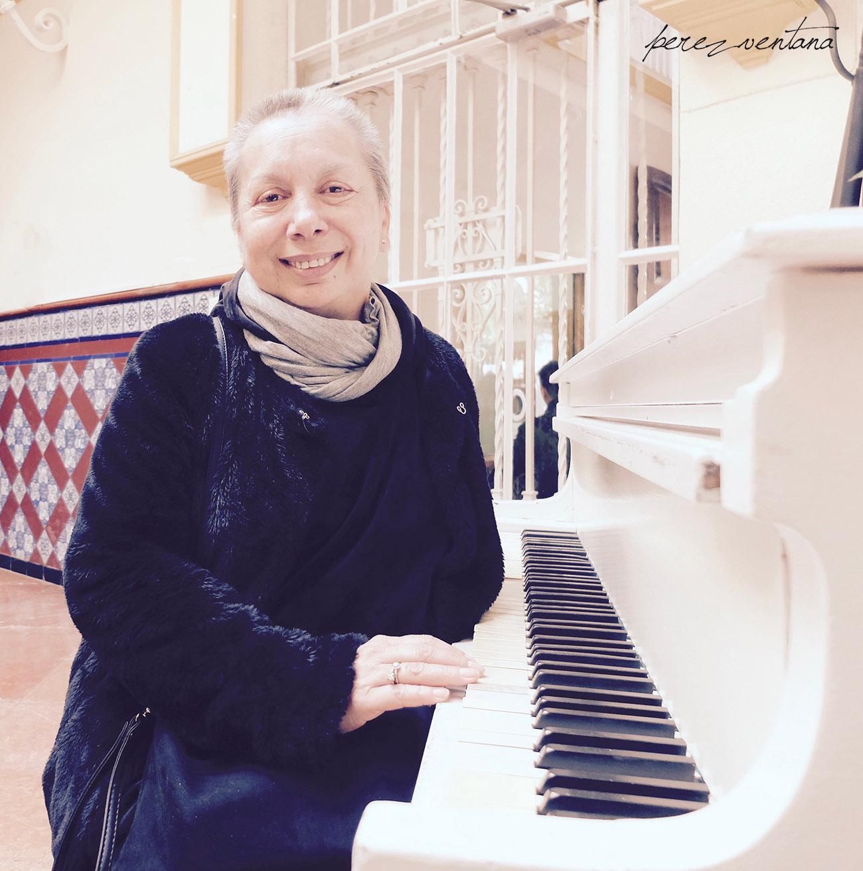 La bailaora Carmelilla Montoya, junto al piano blanco de Radio Sevilla. Foto: perezventana