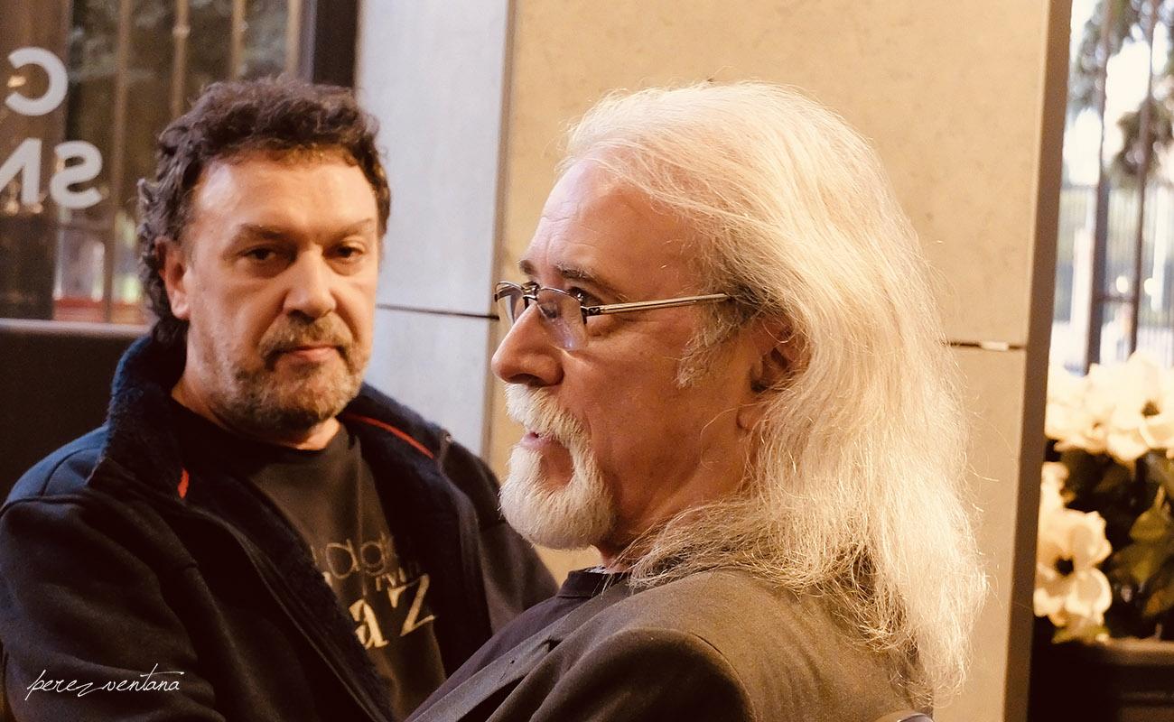 Tino Di Geraldo y Carles Benavent, tras dar cuenta de un café solo y un aquarius, respectivamente, en la cafetería del Hotel Sevilla Center. Foto: perezventana