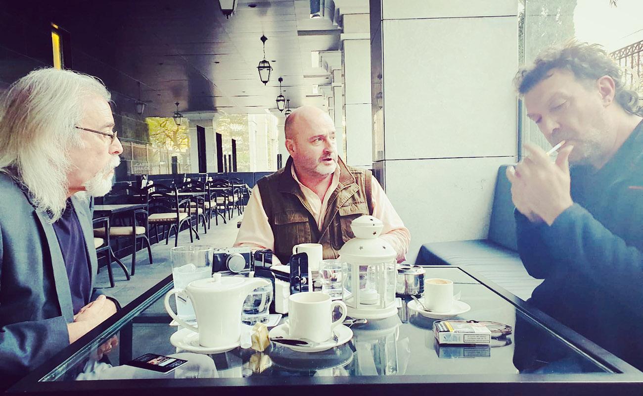 Carles Benavent y Tino Di Geraldo, con Quico Pérez-Ventana, redactor de ExpoFlamenco, durante la entrevista en el Hotel Sevilla Center. Foto: Carmen Lázaro