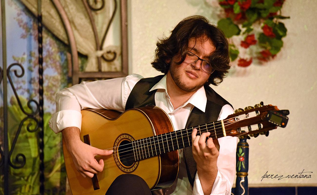 El joven guitarrista David de Arahal, un fiera. Peña Flamenca Torres Macarena. 13 jun 2020. Foto: perezventana