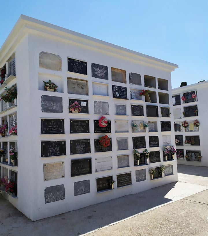 Aquí descansan los restos de La Sarneta. Primer nicho de la izquierda, arriba. «D.E.P.A Mercedes Fernández Vargas. Falleció el 18 de junio de 1912 a los 72 años. Recuerdo de sus sobrinos». Foto Kiko Valle.