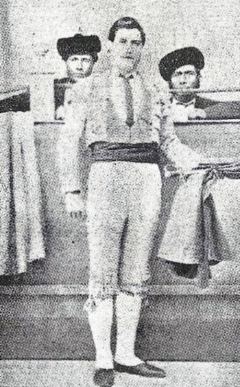 El Torero Ponce, gran admirador y amigo personal del Nitri. Es probable que de los dos que aparecen ahí con él, el Nitri sea el de la derecha.