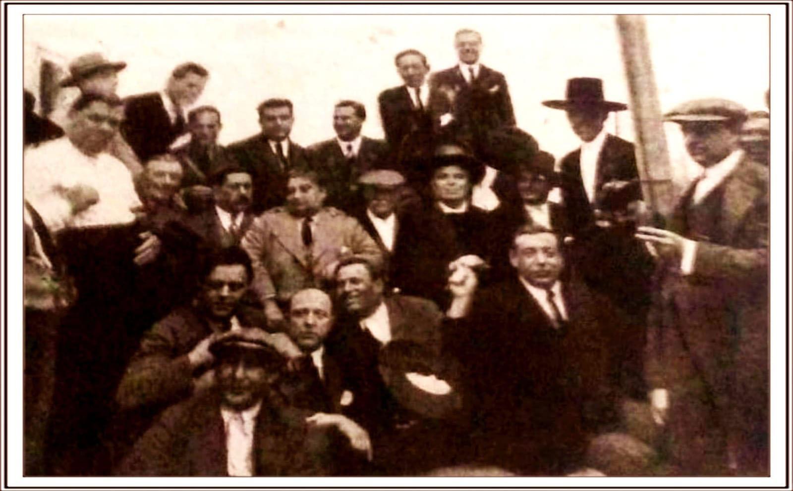 Imagen de aficionados flamencos en Jerez, años 20. A la derecha, con sombrero de ala ancha, Carapiera, sobrino de Joaquín Lacherna. Archivo Antonio El Platero.
