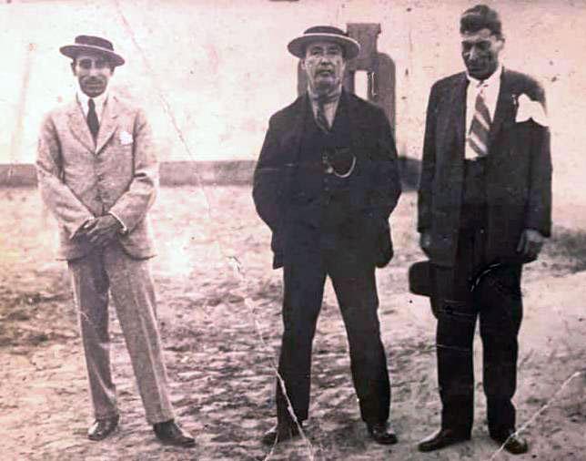 Los dos sobrinos de Joaquín La Cherna, Manuel Y Pepe Torres, acompañados por el guitarrista jerezano Javier Molina, 1931. Archivo Bohórquez.