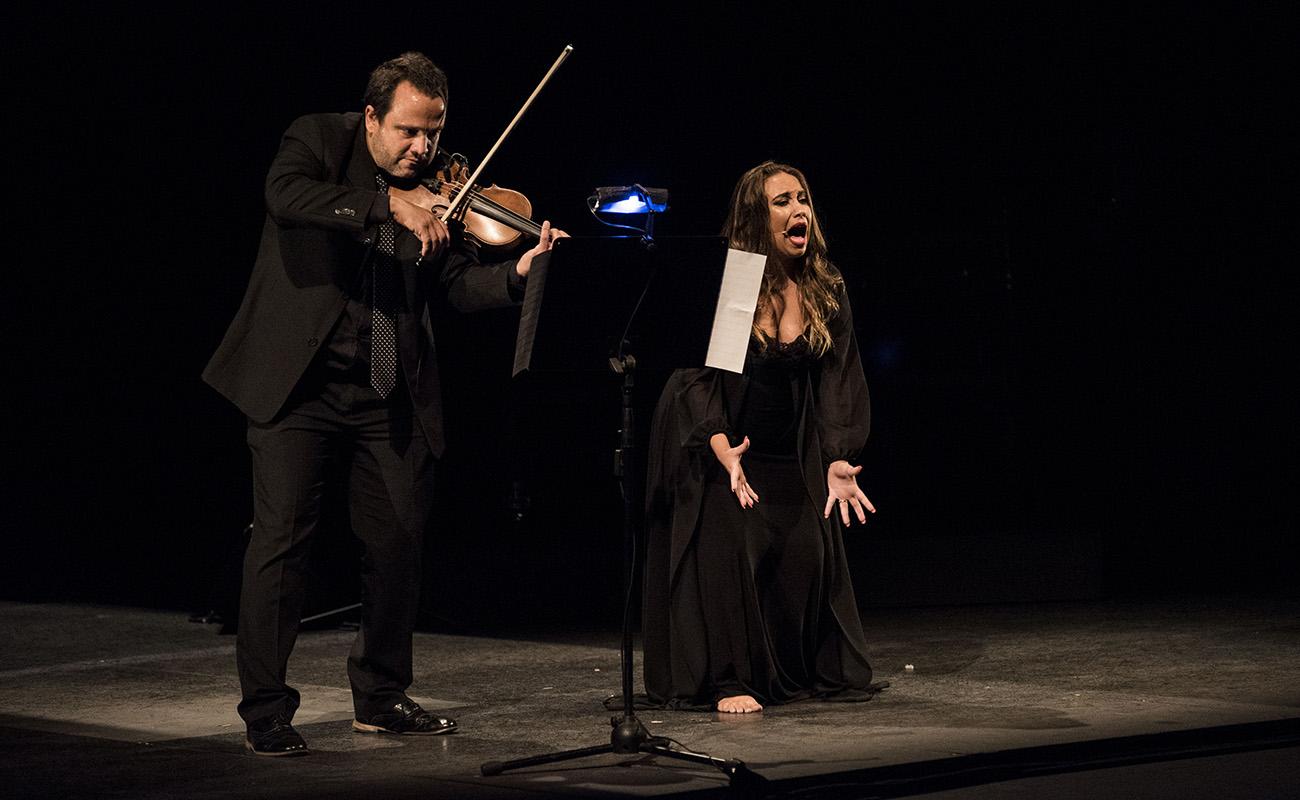 María Terremoto: jondura al violín. Foto: Claudia Ruiz Caro - Bienal de Sevilla